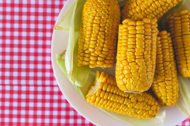 Maïs cuit au four typique de la junina brésilienne