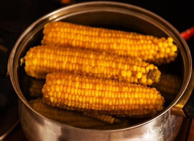 Maïs cuit dans une casserole. fond de nourriture