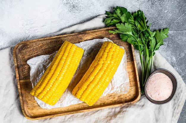 Maïs doux bouilli en épi. vue de dessus