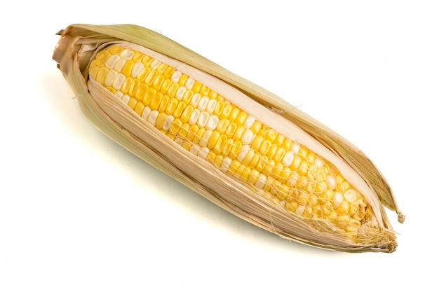 Maïs doux frais sur fond blanc