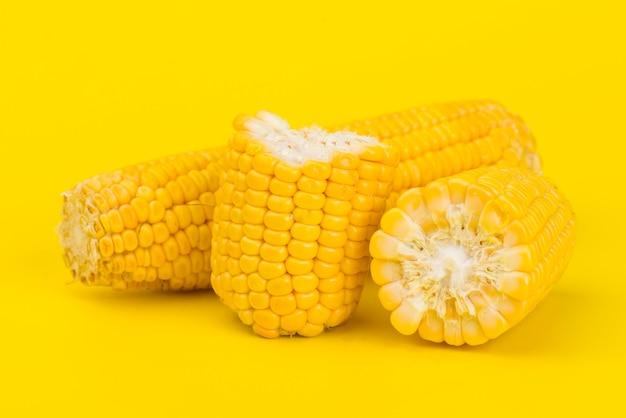 Maïs doux jaune frais sur jaune