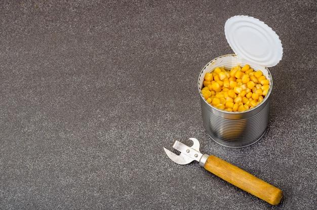 Maïs doux jaune mûr en conserve en pot.