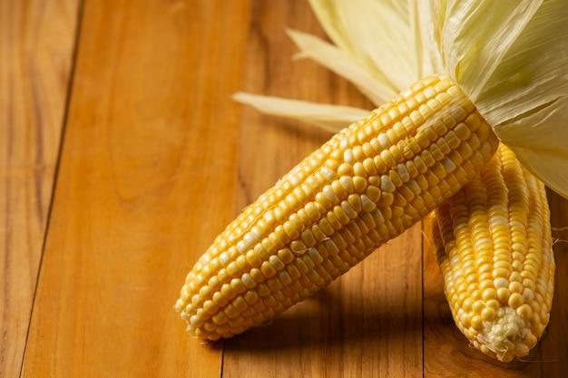 Maïs doux placé sur un plancher en bois.