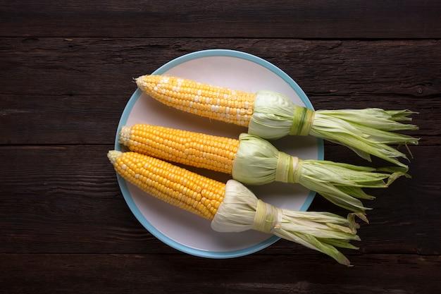 Maïs en épi sur un plat blanc, vue de dessus
