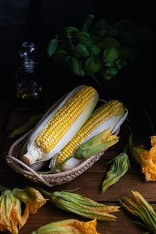 Maïs, fleurs de courgettes et basilic
