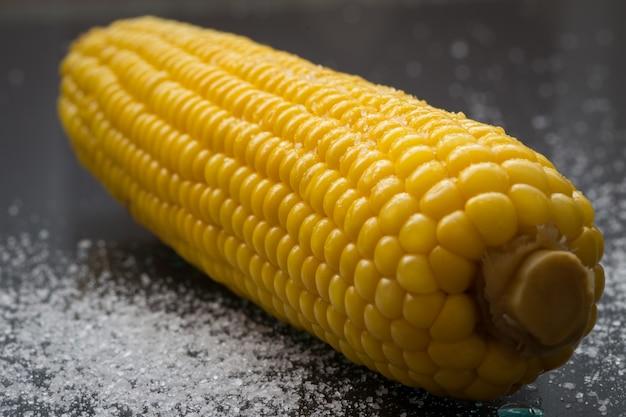 Maïs sur fond noir avec du sel