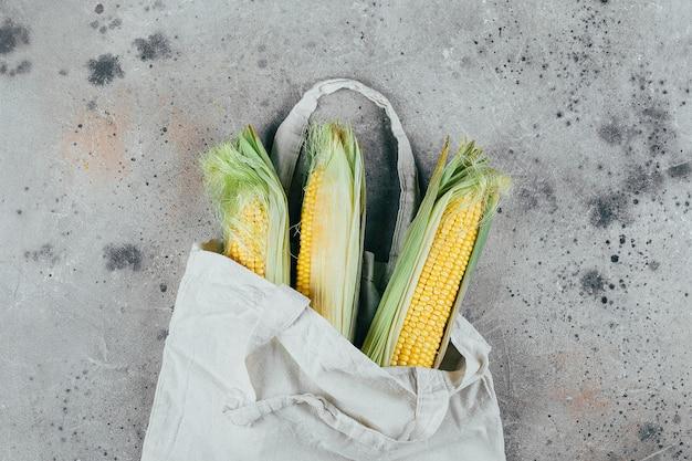 Maïs frais en épis dans un sac en tissu