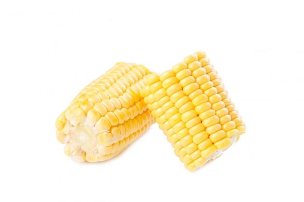 Maïs frais en épis isolé sur blanc. morceaux de maïs