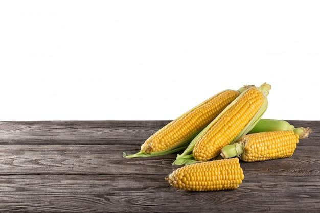 Maïs frais jaune sur table en bois