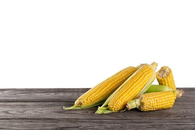 Maïs frais sucré sur table en bois