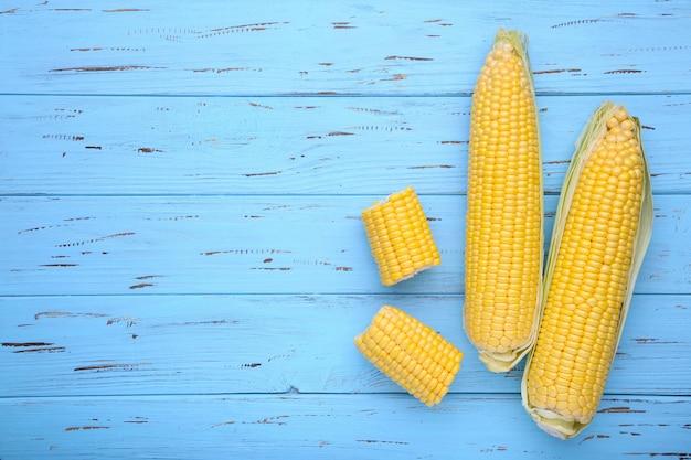 Maïs frais sur une table en bois bleue