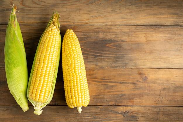 Maïs frais sur une table en bois.