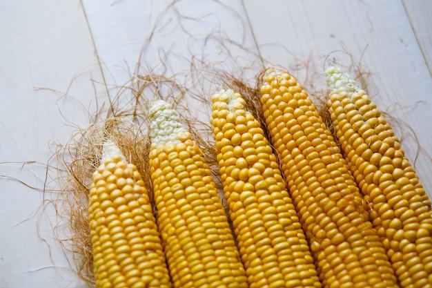 Maïs frais sur la table se bouchent