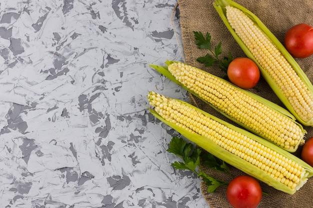 Maïs frais et tomates avec espace de copie
