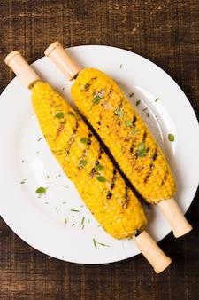 Maïs grillé sur assiette blanche