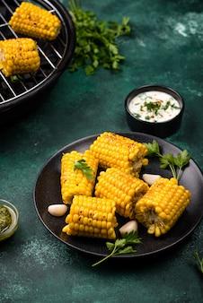 Maïs grillé. nourriture végétalienne d'été