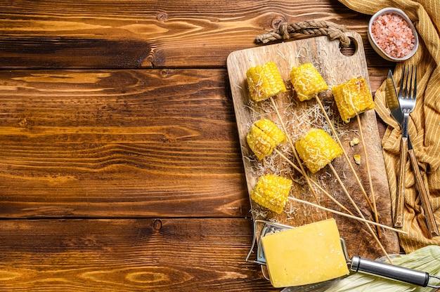 Maïs grillé. avec une pincée de fromage, élotes mexicaines.