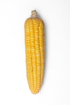 Maïs isolé sur fond blanc, vue de dessus gros plan.