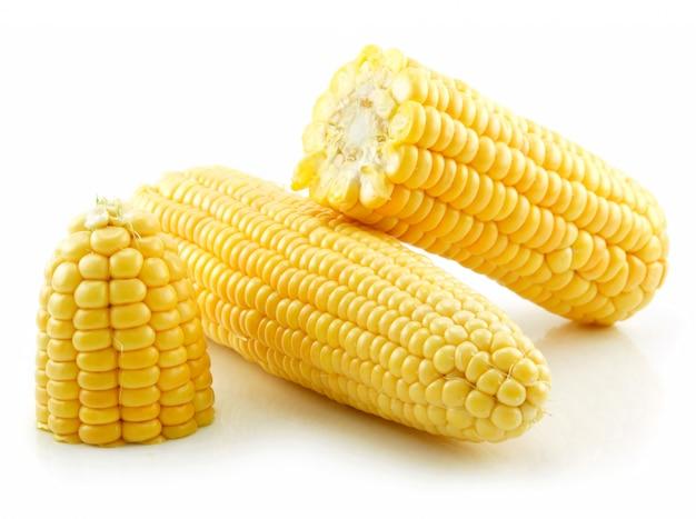 Maïs jaune cassé mûr isolé sur blanc
