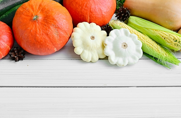 Maïs de légumes mûrs et citrouilles du jardin d'automne sur fond blanc concept d'automne d'automne