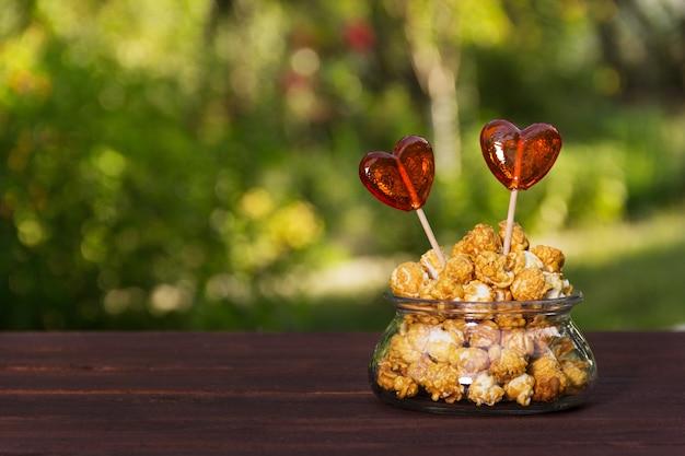 Maïs soufflé et bonbons en forme de coeur