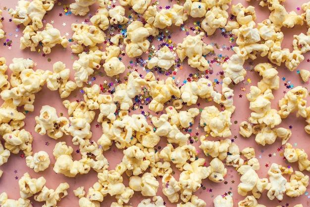 Maïs soufflé et confettis isolés sur fond