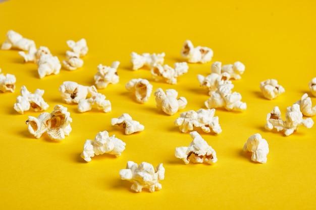 Maïs soufflé sur fond jaune. modèle de pop-corn