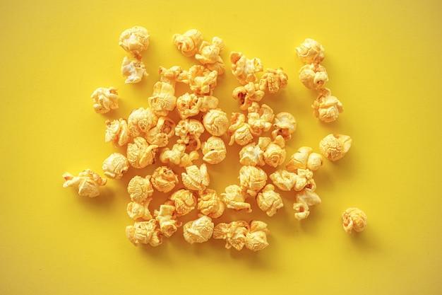 Maïs soufflé sur fond de papier jaune