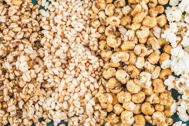 Maïs soufflé et grains de blé