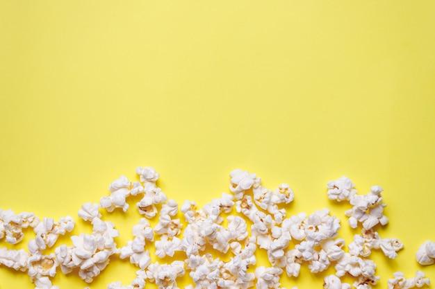Maïs soufflé maison sur fond jaune