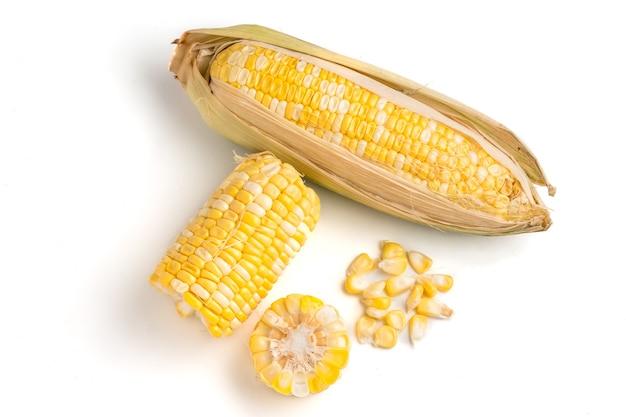 Maïs sucré frais sur fond blanc