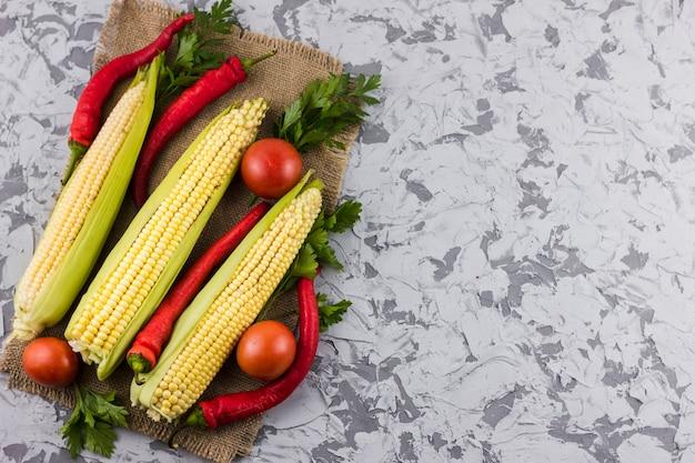 Maïs et tomates avec espace de copie