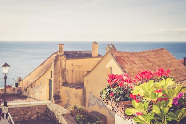 Maison ancienne avec des fleurs