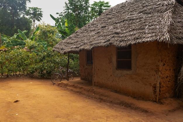 Maison d'argile africaine dans un village local