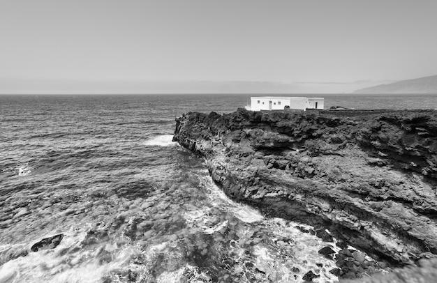 Maison au bout du monde. petite maison solitaire sur une côte rocheuse de l'océan atlantique. île d'el hierro, canaries