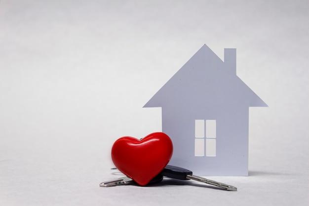 Maison bien-aimée avec un coeur rouge et un trousseau de clés