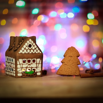 La maison et les biscuits de pain d'épice sont un fond de fête