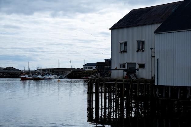 Maison blanche au bord de la mer aux îles lofoten