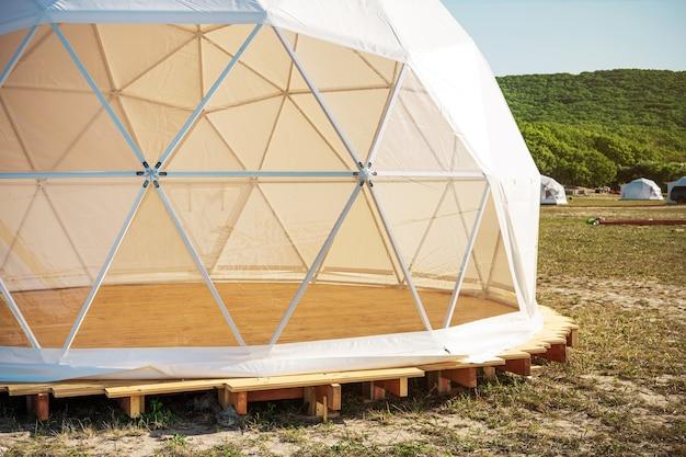 Maison blanche de glamping géodésique avec fenêtres panoramiques