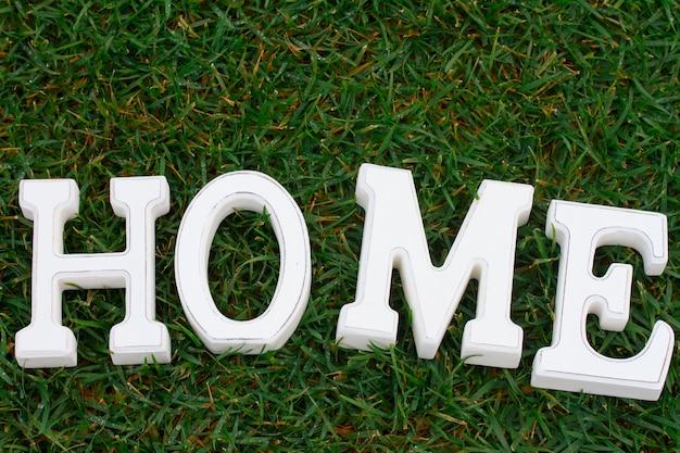 Maison blanche signe dans la pelouse de l'herbe verte arrière-cour