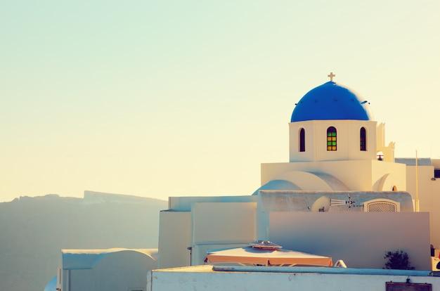 Maison blanche avec toit bleu