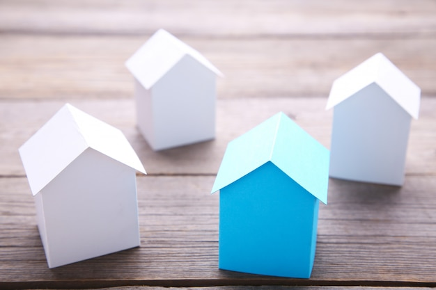 Maison bleue parmi les maisons blanches pour l'industrie de l'immobilier
