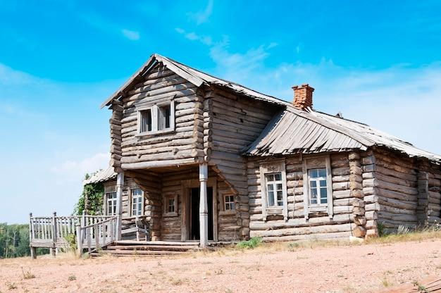 Maison en bois abandonnée