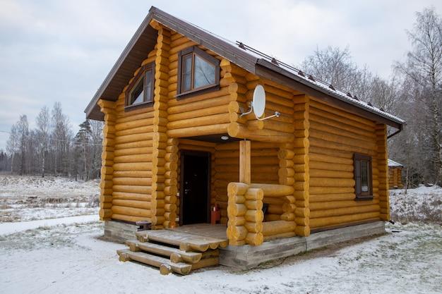 Maison en bois de bois dans la nature en hiver