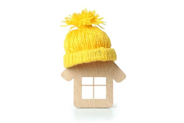 Maison en bois avec bonnet isolé sur fond blanc.