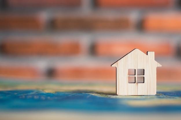 Maison en bois sur la carte du monde