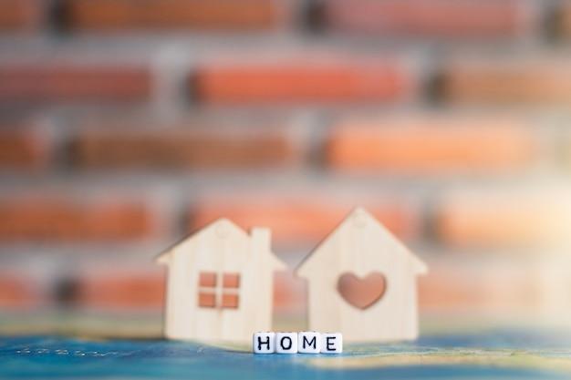 Maison en bois sur la carte du monde avec