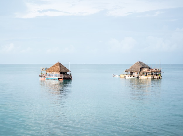 Maison en bois sur l'eau