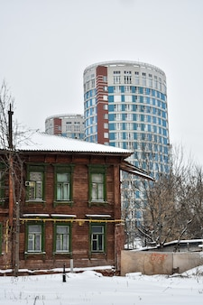 Maison en bois et gratte-ciel moderne