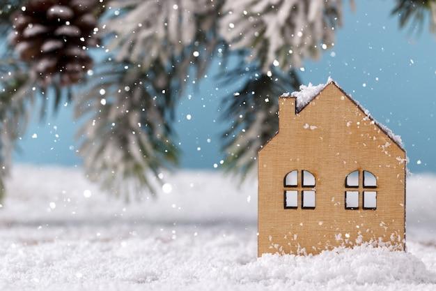 Maison en bois sur la neige